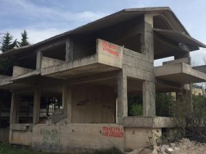Γωνιακη διωροφη οικοδομη (στα μπετα) πλησιον Κεντρικης